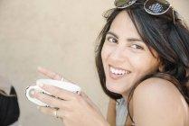 Frau hält eine Tasse — Stockfoto