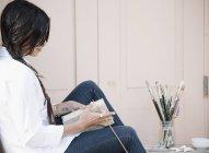 Frau mit einem Skizzenbuch — Stockfoto
