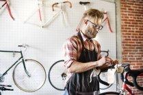 Человек, ремонтирующий велосипед — стоковое фото