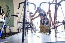 Mann ein Fahrrad mit einem Kunden prüfen — Stockfoto
