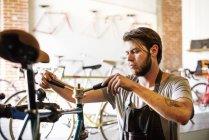 Человек, проверка рамы велосипеда — стоковое фото