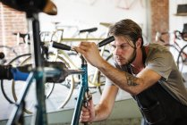 Man checking the frame of the bike. — Stock Photo