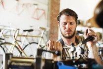 Людина перевірка рами велосипеда. — стокове фото