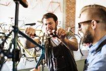 Мужчины, глядя на велосипеде — стоковое фото