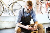 Людина перевірки свій телефон для повідомлень — стокове фото