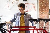 Мужчина смотрит велосипед в магазине . — стоковое фото