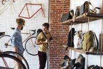 Человек в магазин ремонт цикла — стоковое фото