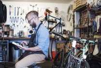 Людина, використовуючи цифровий планшетний. — стокове фото