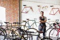 Портрет человека в магазине велосипедов — стоковое фото