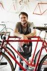 Портрет человека в магазине велосипедов . — стоковое фото