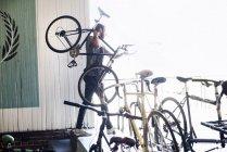 Mann-Betrieb-Fahrrad — Stockfoto