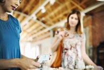 Две молодые женщины в магазине — стоковое фото