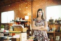 Junge Frau steht in einem Geschäft — Stockfoto