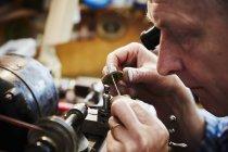 Часовщик работает в своей студии — стоковое фото