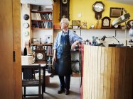 Uhrmacher in seiner Werkstatt. — Stockfoto
