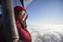 Девочка летать в воздушном шаре — стоковое фото