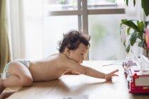 Baby auf einem Tisch Klettern — Stockfoto