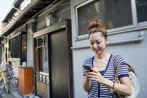 Женщина смотрит на мобильный телефон. — стоковое фото