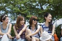 Amici giapponesi nel parco — Foto stock