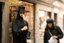 Pessoa em uma máscara de pássaro — Fotografia de Stock