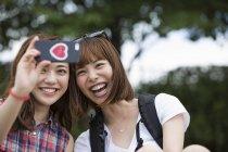 Amigos japoneses, tomando uma selfie no parque — Fotografia de Stock