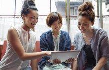 Femmes japonaises en regardant une tablette numérique — Photo de stock