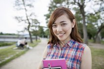 Giovane donna giapponese nel parco — Foto stock