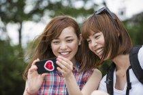 Друзья женщин, принимая selfie — стоковое фото