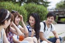 Amigos japoneses no parque — Fotografia de Stock