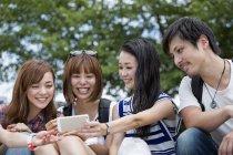 Japanische Freunde im park — Stockfoto