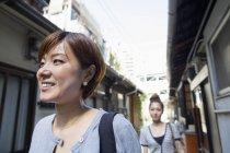 Две улыбающиеся женщины . — стоковое фото