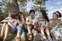 Groupe d'amis dans le parc — Photo de stock