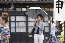 Жінка тримає парасольку — стокове фото