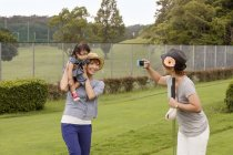 Japanische Familie auf einem Golfplatz — Stockfoto