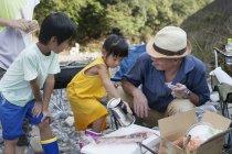Японська сім'я з пікніка — стокове фото