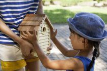 Menina japonesa segurando uma casa de pássaro — Fotografia de Stock
