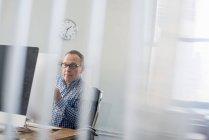 Ділова людина сидить за столом. — стокове фото