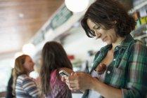Femme regardant son téléphone cellulaire — Photo de stock