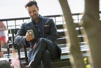 Бизнесмены проверяют смартфон . — стоковое фото