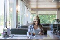 Жінка сидить за столом в обід — стокове фото