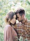 Casal abraçando no pomar da Apple — Fotografia de Stock