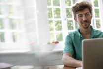 Человек, использующий ноутбук — стоковое фото