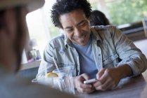 Mann sein Smartphone überprüfen — Stockfoto