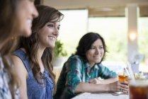 Freunde in einem Diner Essen — Stockfoto