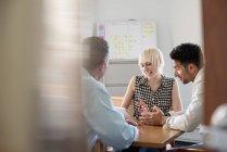 Três colegas de trabalho no escritório — Fotografia de Stock