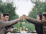 Menschen Sie mit einem Glas Apfelwein Toasten — Stockfoto