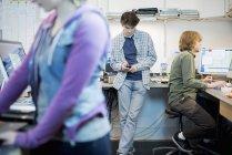 Люди в компьютерной мастерской — стоковое фото
