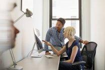 Collègues de travail dans un bureau — Photo de stock