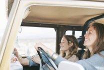 Deux femmes lors d'une sortie en jeep — Photo de stock
