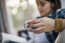 Frauen halten Teetasse in der Hand — Stockfoto